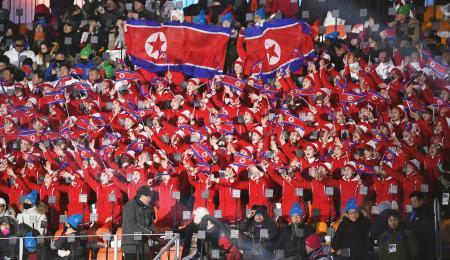 平昌五輪の開会式会場のスタンドで、北朝鮮国旗を掲げる女性応援団=2018年2月(共同)