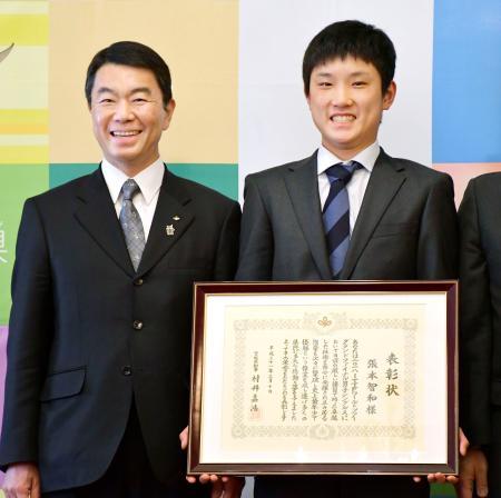 宮城県の特別表彰を受けた卓球の張本智和選手。左は村井嘉浩知事=10日午後、仙台市