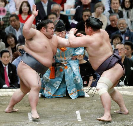 妙義龍(右)を攻める貴景勝。押し出しで破った=エディオンアリーナ大阪