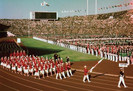 1964年10月10日、東京五輪開会式で入場行進する日本選手団=国立競技場
