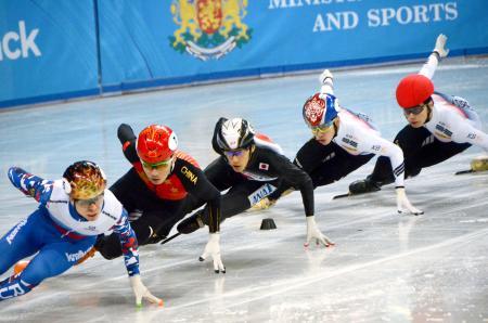 男子1000メートル決勝で滑走する渡辺啓太(中央)=ソフィア(共同)