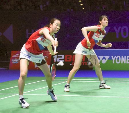 女子ダブルス決勝で中国組と対戦する永原(左)、松本組=バーミンガム(共同)