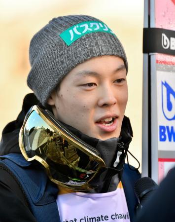ノルディックスキーのW杯ジャンプ男子個人第23戦で2回目の飛躍を終え笑顔の小林陵侑。日本勢初の個人総合優勝を確定させた=10日、オスロ(共同)