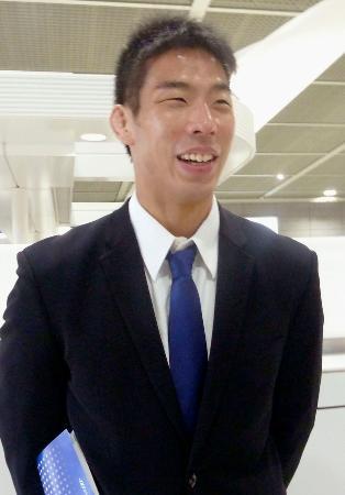 成田空港で取材に応じる柔道男子日本代表の永瀬貴規=11日