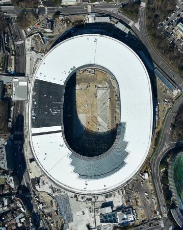 2020年東京五輪の開幕まで12日で500日。11月末に完成予定の新国立競技場は、難関とされた屋根部分の工事がほぼ終了していた。今後はトラックやフィールド、観客席など内外装の仕上げが行われる=9日(共同通信社ヘリから)