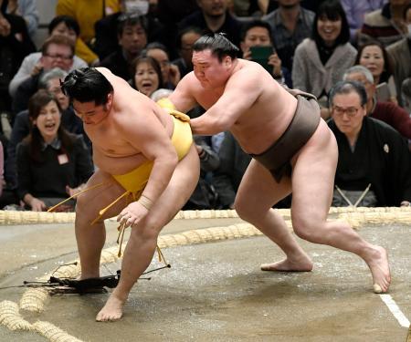 白鵬(右)が押し出しで遠藤を下す=エディオンアリーナ大阪
