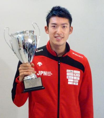 フェンシングのグランプリ大会の男子エペを初制覇した見延和靖=12日、成田空港