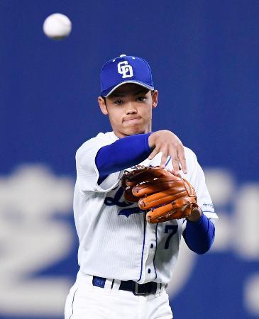 遊撃手として阪神戦の7回からオープン戦に初出場した、プロ野球中日の根尾昂内野手=13日、名古屋市のナゴヤドーム