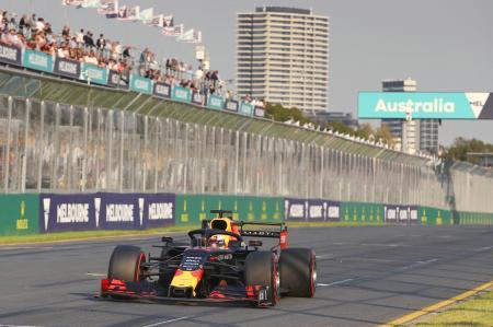 オーストラリア・グランプリの予選で走行するレッドブル・ホンダのマックス・フェルスタッペン=メルボルン(ゲッティ=共同)