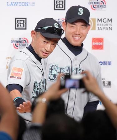 記者会見を終え、笑顔で引き揚げるマリナーズのイチロー外野手(左)と菊池雄星投手=16日、東京都内のホテル