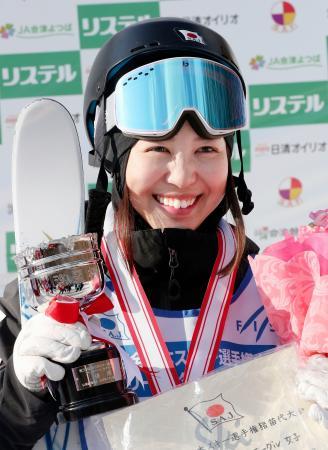 優勝杯を手に笑顔を見せる星野純子=福島県猪苗代町リステル
