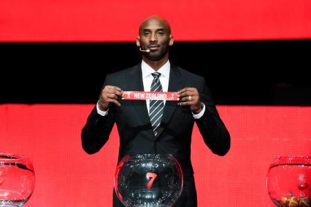 抽選会に出席した元米バスケットボール選手のコービー・ブライアント氏=16日、中国・深セン(ロイター=共同)