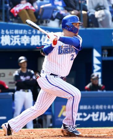 1回、右前に先制打を放つDeNA・筒香=横浜