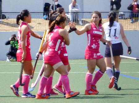 ゴールを決めて喜ぶホッケー女子日本代表の選手たち=駒沢第一球技場