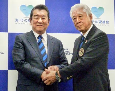 記者会見後に握手する加山雄三さん(左)と日本セーリング連盟の河野博文会長=18日、東京都渋谷区