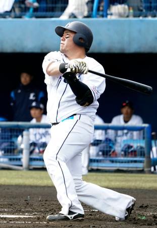 練習試合で本塁打を放つ西武・山川=春野