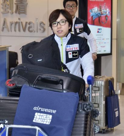 成田空港に到着した、スピードスケート女子短距離の小平奈緒=19日