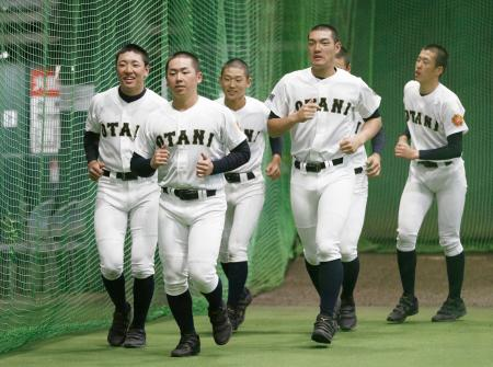 室内練習場で調整する札幌大谷ナイン=甲子園