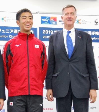 取材に応じる国際ボート連盟のスミス事務総長。左は世界ジュニア選手権日本代表の島田隼輔=19日、東京都内
