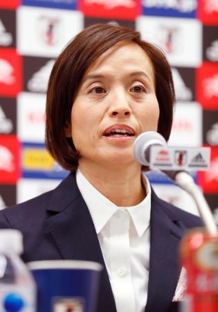 記者会見するサッカー女子日本代表の高倉監督=20日、東京都文京区