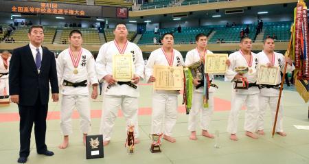 男子団体で優勝した国士舘。左から3人目は斉藤立=日本武道館