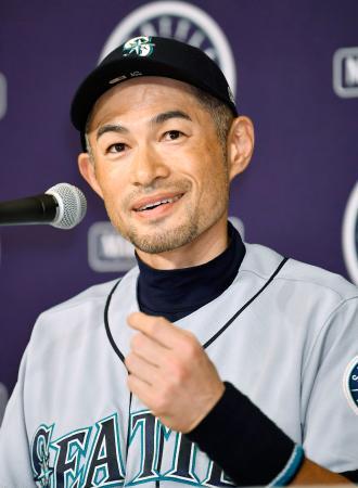 記者会見で笑顔を見せるマリナーズのイチロー外野手=22日未明、東京都内のホテル