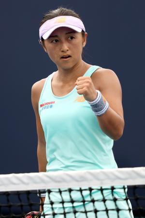 女子シングルス1回戦で、ポイントを奪い喜ぶ土居美咲=マイアミ(ゲッティ=共同)