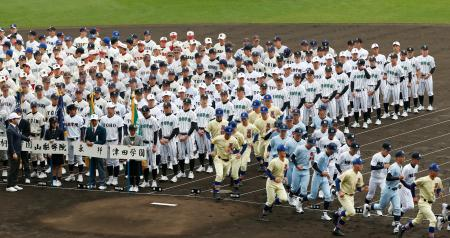 第91回選抜高校野球大会の開会式リハーサルを終え退場する各校選手ら=22日午前、甲子園球場