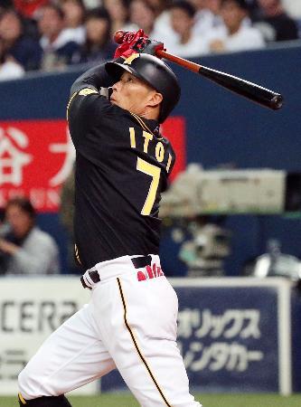 4回、左越えに本塁打を放つ阪神・糸井=京セラドーム