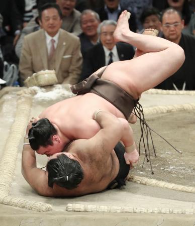 白鵬(上)が浴びせ倒しで高安を下す=エディオンアリーナ大阪