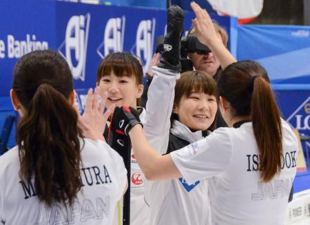 準決勝進出を決め、喜ぶ北沢(中央左)、中嶋(同右)ら中部電力の選手=シルケボー(共同)
