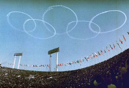 1964年東京五輪の開会式で、国立競技場の上空にブルーインパルスが描いた五輪マーク