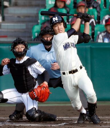日章学園―習志野 1回表習志野1死二、三塁、高橋雅が左中間に2点三塁打を放つ。捕手深草=甲子園