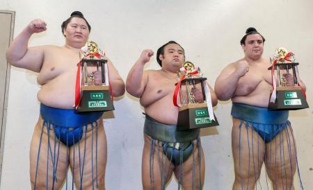 三賞を受賞した(左から)殊勲賞の逸ノ城、技能賞の貴景勝、敢闘賞の碧山=エディオンアリーナ大阪