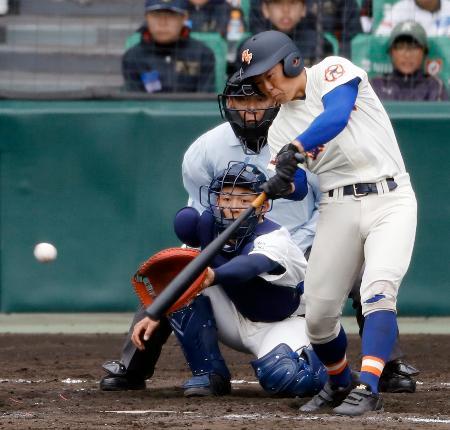 盛岡大付―石岡一 9回裏盛岡大付2死二、三塁、小川が右前に同点2点打を放つ=甲子園