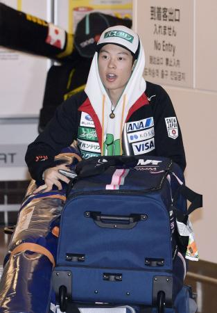 ジャンプ男子で日本人初の個人総合王者に輝いたW杯遠征を終え、帰国した小林陵侑選手=26日午前、羽田空港