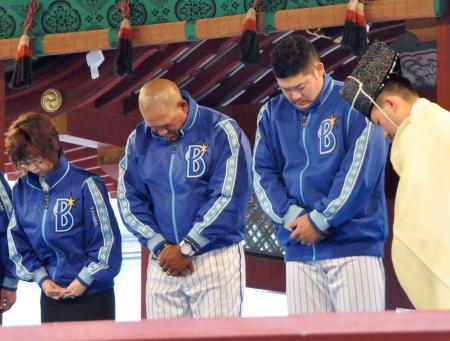 鶴岡八幡宮で必勝祈願するDeNAの(左から)南場オーナー、ラミレス監督、筒香=26日、神奈川県鎌倉市
