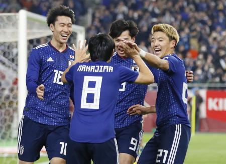 日本―ボリビア 後半、先制ゴールを決めた中島(8)を祝福する(左から)鎌田、南野、堂安=ノエスタ
