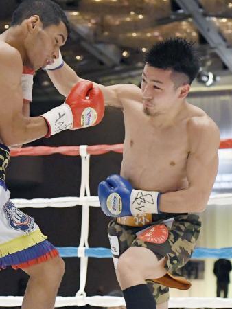 昨年3月、WBA王座決定戦で対戦する小西伶弥=神戸市