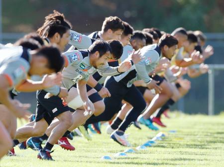 強化試合に向けて調整する日本代表候補選手たち=ポリルア(共同)