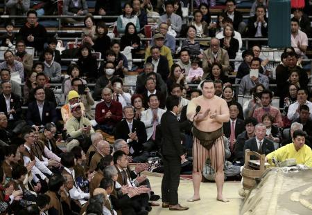 24日、大相撲春場所で優勝し、インタビューの最後に観客と三本締めをする横綱白鵬関=大阪市のエディオンアリーナ大阪