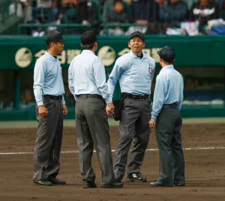 選抜高校野球大会の星稜―習志野戦で、星稜の抗議を受け協議する審判団=28日、甲子園球場