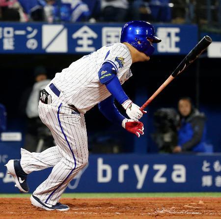 7回DeNA2死満塁、筒香が中前に先制2点打を放つ=横浜