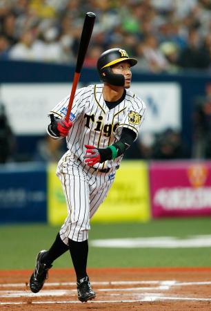 11回阪神無死、右越え三塁打を放つ代打鳥谷=京セラドーム