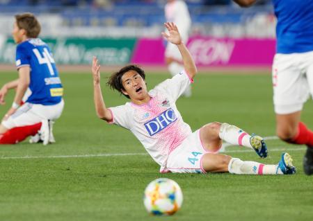 横浜M―鳥栖 後半、攻撃を阻まれ悔しがる鳥栖・金崎=日産スタジアム