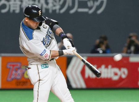 10回日本ハム1死、中田が左中間にサヨナラ満塁本塁打を放つ=札幌ドーム