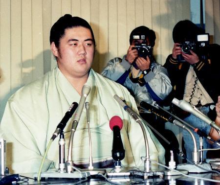 1987年12月、力士廃業が決まり記者会見する横綱双羽黒=東京都港区
