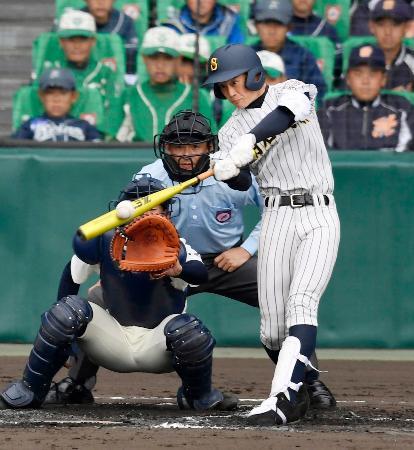 明石商―大分 2回表明石商無死、岡田が左越えに本塁打を放つ。捕手江川=甲子園