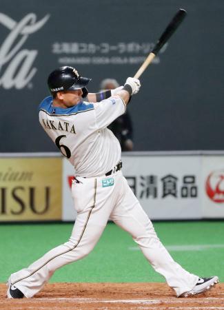 9回日本ハム2死満塁、中田が中前に同点の2点打を放つ=札幌ドーム