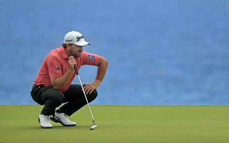 米男子ゴルフのコラレス・プンタカナ選手権第3日、8番グリーンでラインを読むグレーム・マクダウエル=30日、プンタカナ(ゲッティ=共同)
